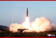 25日、北朝鮮が発射した「新型戦術誘導兵器」。5月に発射した短距離弾道ミサイルと同種と見られる(2019年7月26日付朝鮮中央通信)