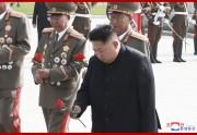 27日、祖国解放戦争(朝鮮戦争)参戦烈士墓を訪れ献花する金正恩氏(2019年7月28日付朝鮮中央通信)