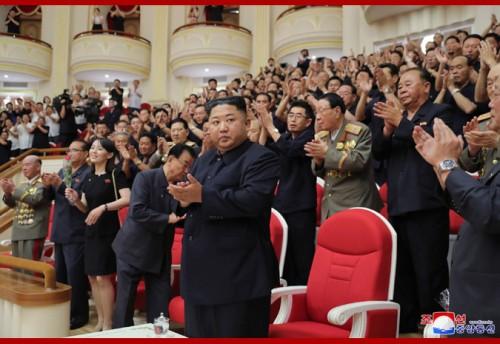 国立交響楽団の7・27記念コンサートを鑑賞した金正恩氏(2019年7月28日付朝鮮中央通信)