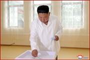咸鏡南道の第201号選挙区第94号分区選挙場で投票する金正恩氏(2019年7月22日付朝鮮中央通信)