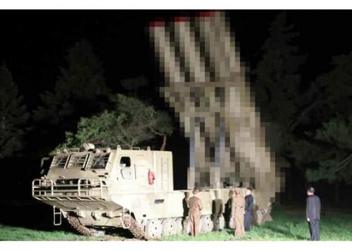 北朝鮮が2日に試射した新型の「大口径操縦ロケット砲」(2019年8月3日付労働新聞)