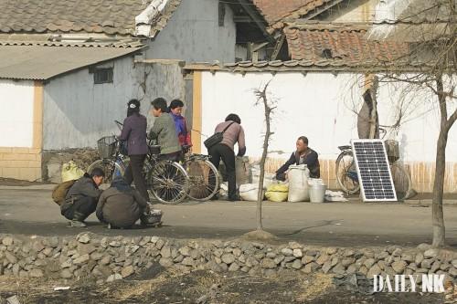 道端でもソーラーパネルが売られている(昨年10月、平安南道順川で撮影)
