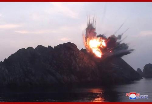 北朝鮮が6日に発射した「新型戦術誘導弾」の写真と同時に公開した、標的への命中場面と思われる写真(2019年8月7日付朝鮮中央通信)