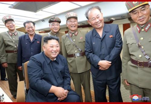 10日、「新兵器」の試射を視察した金正恩氏(2019年8月11日付朝鮮中央通信)