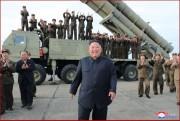 新型の「超大型ロケット砲」の試射を視察した金正恩氏(2019年8月25日付朝鮮中央通信)