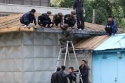 台風13号で被害を受けた板門店・共闘警備区域の建物を修理する北朝鮮の兵士ら(国連軍司令部のツイッターより)