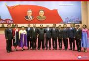 総連教育活動家代表団とともに記念写真を撮った金正恩氏(2019年9月7日付朝鮮中央通信)