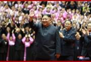 全国教員大会参加者らと記念写真を撮った金正恩氏(2019年9月7日付朝鮮中央通信)