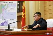 台風13号の襲来に備え、朝鮮労働党中央軍事委員会の非常拡大会議を指導する金正恩氏(2019年9月7日付朝鮮中央通信)