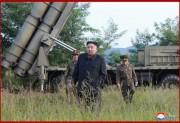10日、超大型ロケット砲の試射を視察した金正恩氏(2019年9月11日付朝鮮中央通信)