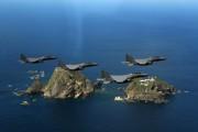 竹島(独島)上空を飛行する韓国空軍機(韓国空軍提供)