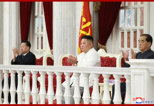 朝鮮労働党創立74周年祝賀公演を鑑賞した金正恩氏(2019年10月11日付朝鮮中央通信)