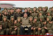 空軍狙撃兵の降下訓練を指導した金正恩氏(2019年11月18日付け朝鮮中央通信より)
