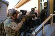 8日、韓国の群山空軍基地で共同訓練を行う米韓の特殊部隊員(米国防総省提供)