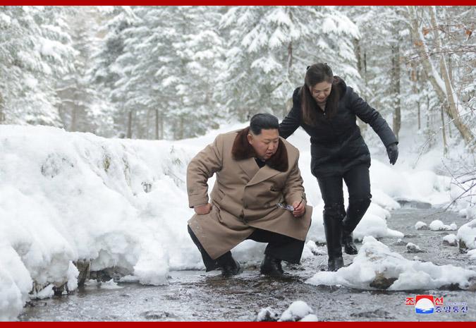白頭山戦跡を見て回った金正恩氏(2019年12月4日付朝鮮中央通信より)