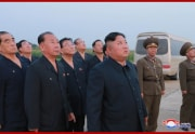 6日に行われた「新型戦術誘導弾」の試射を見守る金正恩氏(2019年8月7日付朝鮮中央通信)