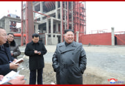 順川燐酸肥料工場の建設現場を現地指導した金正恩氏(2020年1月7日付朝鮮中央通信より)