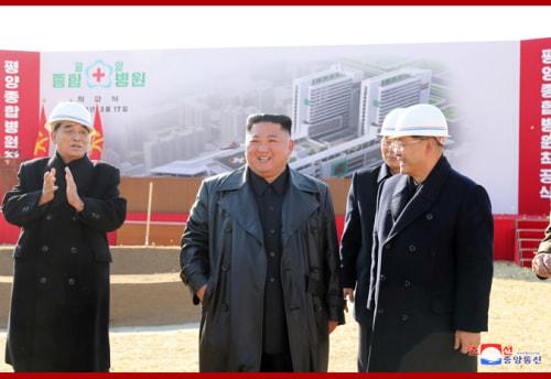 平壌総合病院の着工式に参加した金正恩氏(2018年3月18日付朝鮮中央通信より)