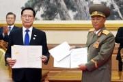 2018年9月、南北軍事合意書に署名した努光鉄氏(右、平壌写真共同取材団)