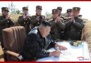 砲撃対抗競技を指導した金正恩氏(2020年3月21日付朝鮮中央通信より)