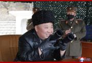 北朝鮮軍長距離砲火力打撃訓練を指導した金正恩氏(2020年3月3日付朝鮮中央通信より)