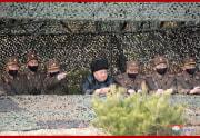 12日、軍の砲撃対抗競技を指導した金正恩氏(2010年3月13日付朝鮮中央通信)