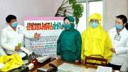 新型コロナウイルスの防護服について説明する平安北道人民病院のスタッフ(労働新聞)