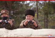9日の火力打撃訓練を視察した金正恩氏(2020年3月10日付朝鮮中央通信)