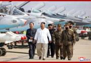 北朝鮮空軍追撃襲撃機連隊を視察した金正恩氏(2020年4月12日付朝鮮中央通信より)
