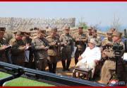 軍団別迫撃砲兵区分隊の砲撃訓練を指導した金正恩氏(2020年4月10日付朝鮮中央通信より)