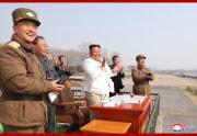 北朝鮮空軍追撃襲撃機連隊を視察した金正恩氏(2020年4月12日付朝鮮中央通信より)北朝鮮空軍追撃襲撃機連隊を視察した金正恩氏(2020年4月12日付朝鮮中央通信より)