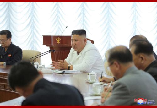 朝鮮労働党中央委員会第7期第13回政治局会議に参加した金正恩氏(2020年6月8日付朝鮮中央通信)