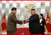 白頭山拳銃を授与する金正恩氏(2020年7月27日付朝鮮中央通信より)