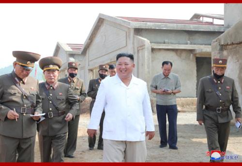 光川養鶏工場を現地指導した金正恩氏(2020年7月23日付朝鮮中央通信より)