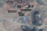 CNNが報じたプラネット・ラボの衛星写真と同じ位置を撮ったグーグルアースの写真。韓国デイリーNKの情報筋によれば、敷地の中心にあるのは「史跡碑」。他は左上から時計回りに「共同墓地」「副業畑」「兵営」「講義室・教職員庁舎」「人工貯水池」「教職員舎宅」。