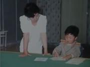 2012年公開の「偉大な先軍朝鮮のお母様」に収められた幼少期の金正恩氏と高容姫氏の写真