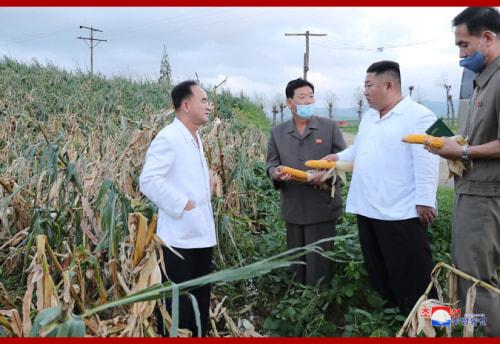 黄海南道の被災地を訪れた金正恩氏(2020年8月28日付朝鮮中央通信より)