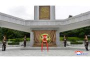 8月15日、金正恩氏が解放塔に花輪を送った(2020年8月17日付朝鮮中央通信)