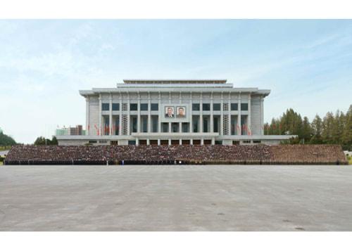 労働党75周年慶祝代表団と記念写真を撮った金正恩氏(2020年10月12日付労働新聞)