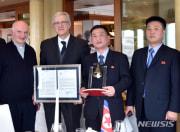 右から2人目がチョ・ソンギル元駐イタリア北朝鮮大使代理(NEWSIS KOREA)