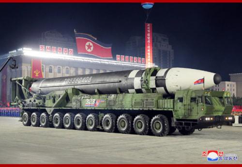朝鮮労働党創建75周年記念閲兵式に登場した新型ICBM(2020年10月10日付朝鮮中央通信より)