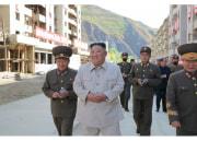 咸鏡南道の災害復旧現場を現地指導した金正恩氏(2020年10月14日付労働新聞より)