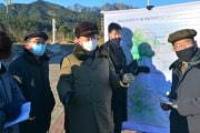 金剛山観光地区を視察する金徳訓氏(2020年12月20日付労働新聞)