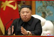 朝鮮労働党政治局拡大会議を主宰した金正恩氏(2020年12月30日付朝鮮中央通信より)