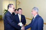 2015年5月、李洙墉外相(左端)とともにオマーン外相(右端)を迎え、笑顔を見せるリュ・ヒョヌ氏(朝鮮中央通信)