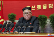 朝鮮労働党第8回大会の第3日会議で事業報告を行う金正恩氏(2021年1月8日付朝鮮中央通信)