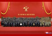 金正恩氏と第8期党中央指導機関メンバーらの記念写真(2021年1月19日付朝鮮中央通信)