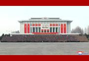金正恩氏と労働党第8回大会代表者らの記念写真(2021年1月15日付朝鮮中央通信)