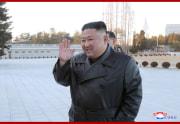 金正恩氏と出版・印刷関係者らが記念撮影(2021年1月19日付朝鮮中央通信)