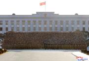 金正恩氏と治安将兵らの記念写真(2021年1月19日付朝鮮中央通信)
